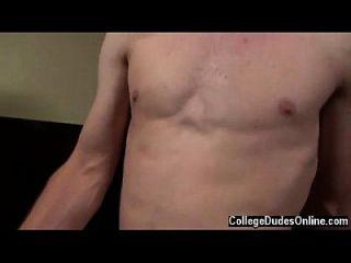 Twink-Film von Kyle dreht sich auf den Rücken und Isaak kniet oben