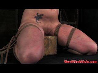 Ellenbogen gebunden submissive wird bestraft