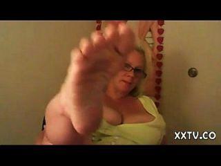 Platin blonde anglo nordic milf große westliche Füße joi