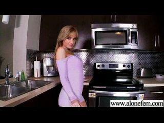 Solo geile Amateur Mädchen bekommen Dildo Spielzeug in Löcher Video 01