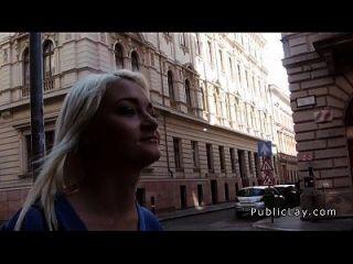 russische blonde Krankenschwester in der Öffentlichkeit zu schlagen