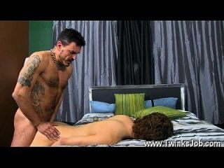 Gay Jocks Giovanni ist spät zum Abendessen mit seinem hunky Muskel Papa