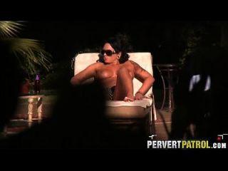 Spionage auf einem Sonnenbaden verwandelt sich in Sex Amanda Lynn.1