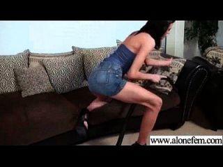 Solo-Freak-Mädchen benutzt Dinge, um Video zu masturbieren 06