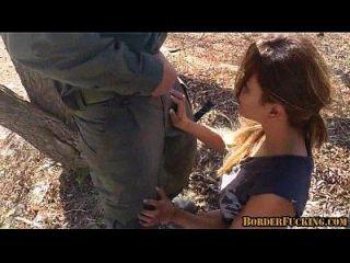 hot brunette mexikanisches Mädchen wird gefangen und gefickt von Grenzpatrouille 1 2