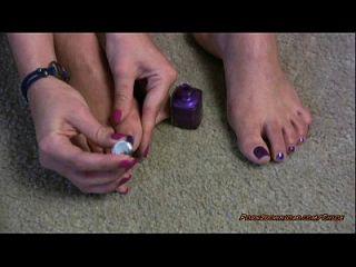 heißes Mädchen poliert ihre Zehennägel