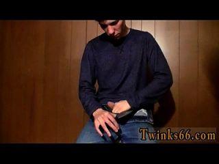 Twink Film Cooper füllt ein Glas mit Pisse