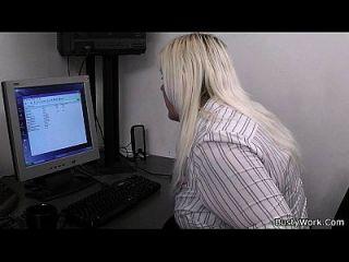 blonde Sekretärin blowjob und ficken bei der Arbeit