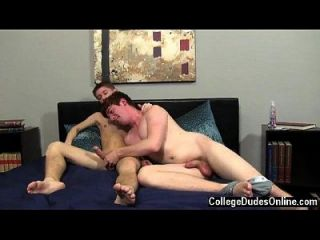 Homosexuelles Video bereit für das Pochen zu beginnen, Kellan zuerst bekommt Ryan auf