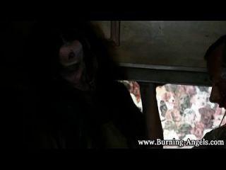 Gothic Zombies saugen Hahn