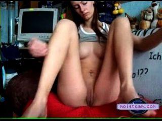 [xxx cam] junge dame nimmt eine karotte! [moistcam.com]