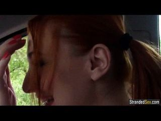 Redhead Cheerleader Eva Berger fickt Fremden für eine Fahrt