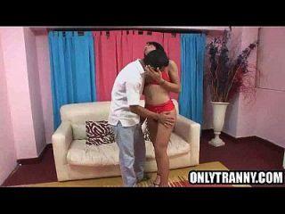 Brünette Shemale Babe saugen auf einem Bolzen harten Schwanz