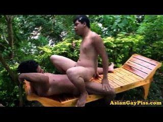 asiatische pissliebhaber barebacking draußen