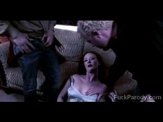 redheaded milf erfreut durch 2 junge blutsaugende Vampire