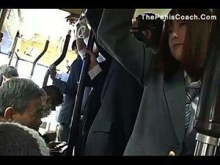 Schulmädchen muss einen Blowjob im Bus geben