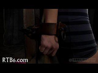 Strippen in einem verkleinerten Eisen Käfig