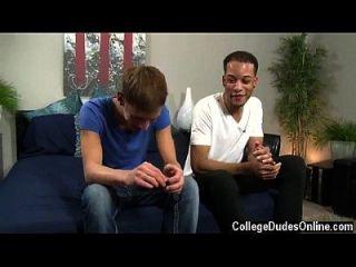 Homosexuell Jungs nach einer Weile, Damon liegt auf dem Bett auf dem Rücken und Jordan,