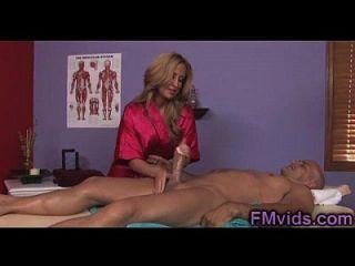 wunderschöne busty milf gibt eine tolle Massage