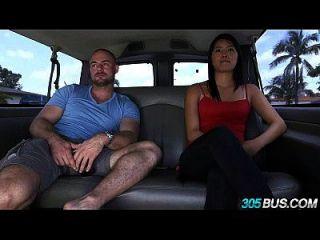 asiatische Sensation mit schönen Titten reitet den 305bus 2.1