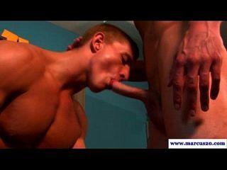 muskulöser gerader Mann saugend auf einen Schwanz