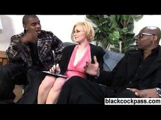 blonde mit specs und 2 schwarze monstercocks