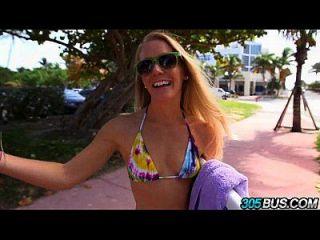 sexy blonde Amateur Surfer auf dem 305bus.1 gefickt