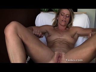 blonde skyla toying ihre pussy und arsch