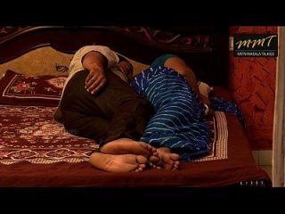 indischen Haus Frau teilen Bett mit ihrem Mann Freund, wenn sein Mann tief schlafen