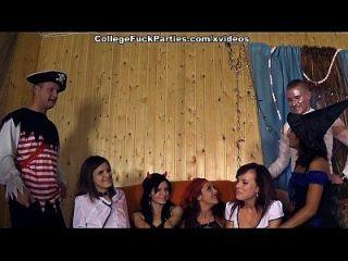 Horror-Theme-Party mit ungezogenen College-Mädchen-Szene 1