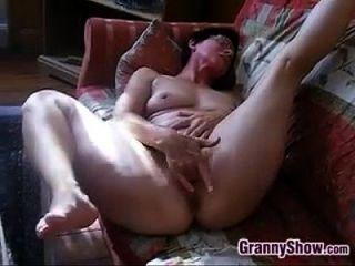 Geile Oma reibt ihre Klitoris und Pussy