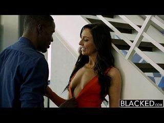 Schwarze New York Escort Tiffany Brookes bekommt Gesichtsbehandlung von großen schwarzen Schwanz