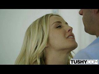 Tushy Chefs Frau Kara Kush erste Mal anal mit dem Büro-Assistent