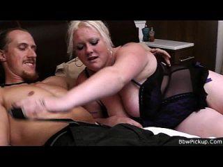 busty blonde plumper saugt und reitet mann fleisch