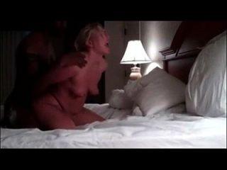 Weißes Küken genießt groben Sex mit bbc