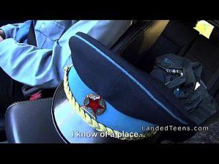 busty Polizei Frau schlug im Auto in der Landschaft