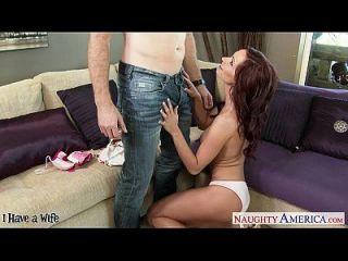 busty brunette Frau ashley sinclair saugen einen großen Stachel