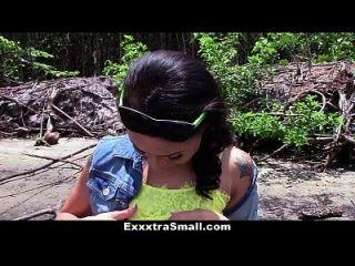 Exxxtrasmall stranded teen wird abgeholt und gefickt