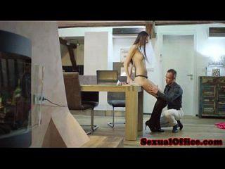 Großer Bürosekretär wird gefickt