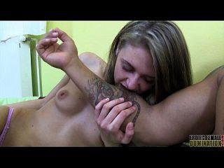 beißende Fetisch-Video von einer dünnen Domina