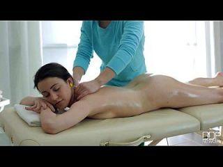 gute Massage verwandelt sich in eine faszinierende Aktion mit niedlichen Teen Gabi
