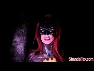 kanadische milf shanda fay ist batgirl und steigt mit großem spielzeug aus