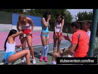 Vier trashige Teens ficken zwei Jungs auf dem Tennisfeld im Freien