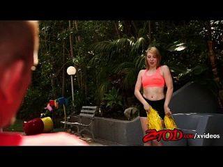 Erdbeer-Blondine Teen Cheerleader nimmt es in ihre Pussy Creampie