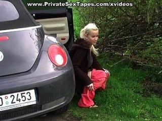 sexy Amateur Freundin bekommt Cumshot auf zurück in das Auto