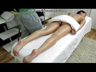 sexmassage macht hübsche Puppe betty bekommen echtes Vergnügen