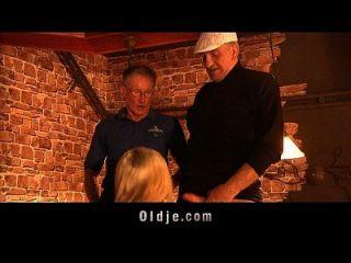 Touristen Grandpas fickt amerikanischen Küken in einem Pub
