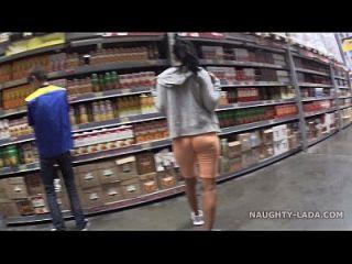 cameltoe und blinken im supermarkt
