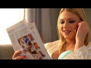 Verkäufer gibt Analsex an zwei blonde Babes