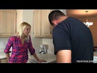 niedlichen teen Handjob in der Küche
